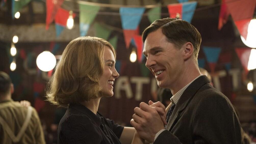 Die Wissenschaftler Alan Turing und Joan Clark tanzen und lachen dabei.