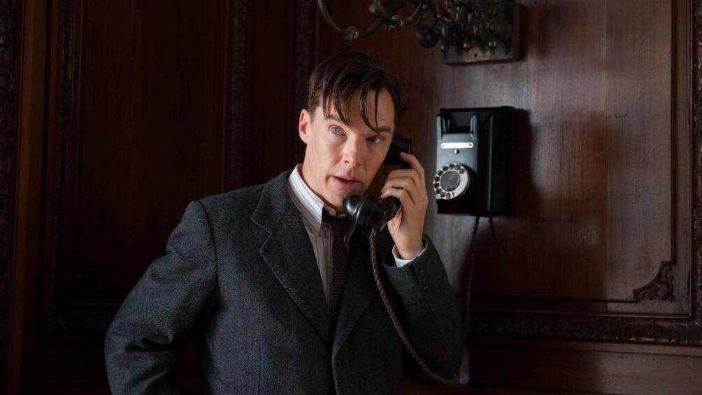 Der Wissenschaftler Alan Turing steht im Zentrum des Bildes und telefoniert.