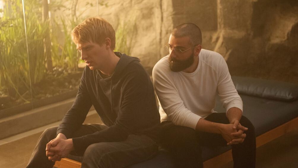 Auf dem Bild sieht man Nathan und Caleb, die sich unterhalten.