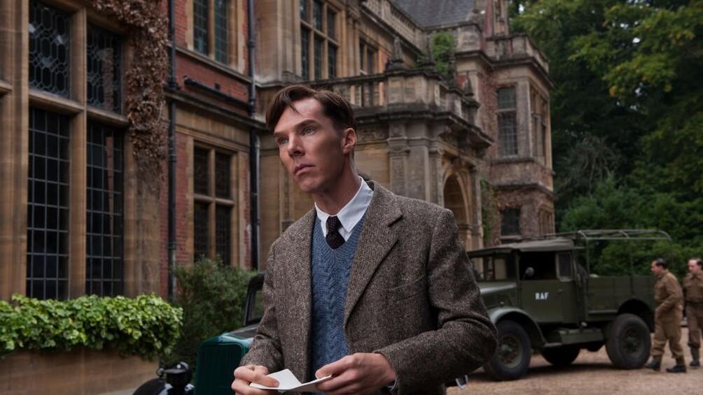 Der Wissenschaftler Alan Turing steht vor den Gebäuden der Government Code and Cypher School in Bletchley Park.