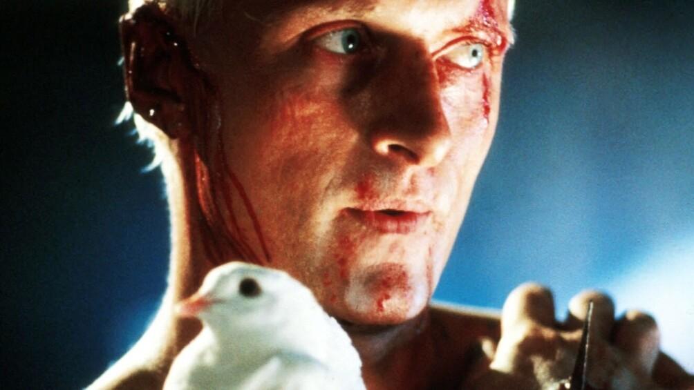 Roy Batty ist mit einer weißen Taube abgebildet.
