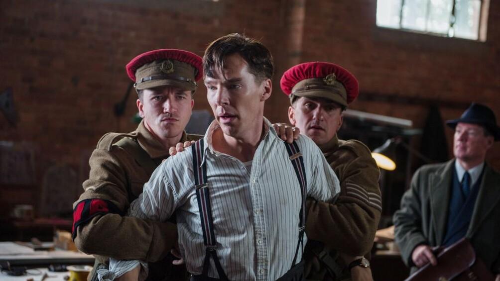 Alan Turing wird von Polizisten abgeführt.