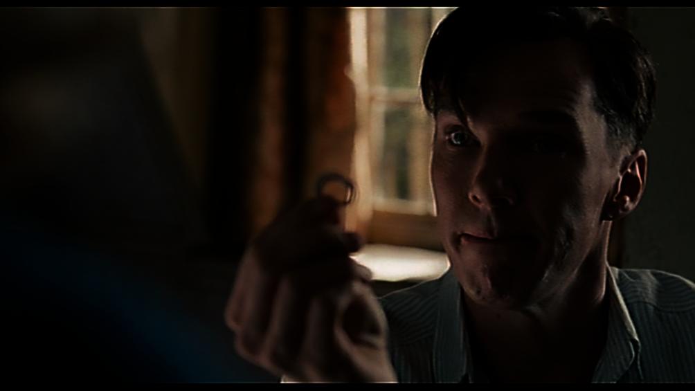 Der Wissenschaftler Alan Turing kniet vor Joan Clarke mit einem Ring.